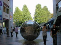 日吉駅より慶応大学銀杏並木を臨む